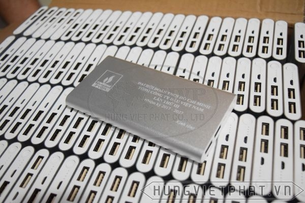 PDV-019---Pin-sac-du-phong-mau-bac-in-khac-logo-lam-qua-tang-2-1497500702.jpg
